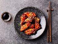 Рецепта Пържени пилешки крилца по китайски със сладко кисел вкус от мед, джинджифил, чесън и соев сос и сос хойсин